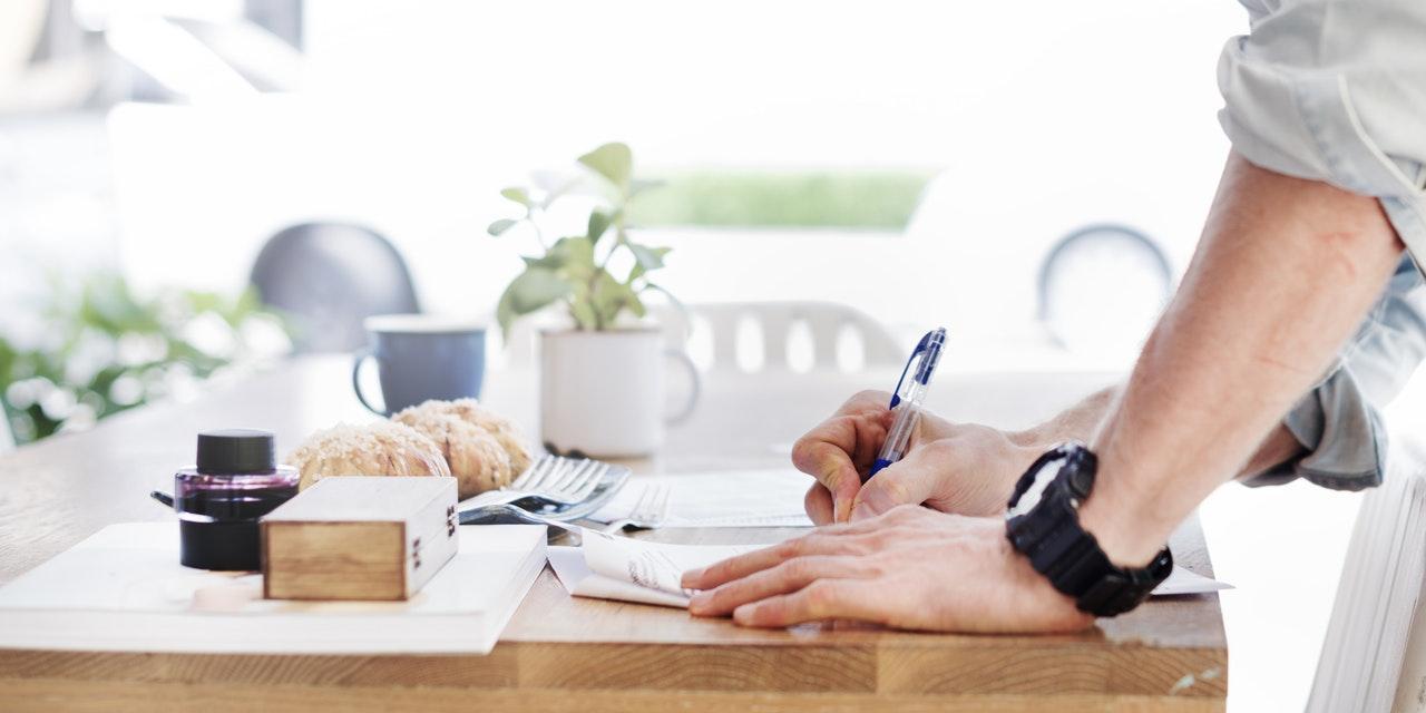 登記申請書は自分でも作成できる。その書き方と申請方法について